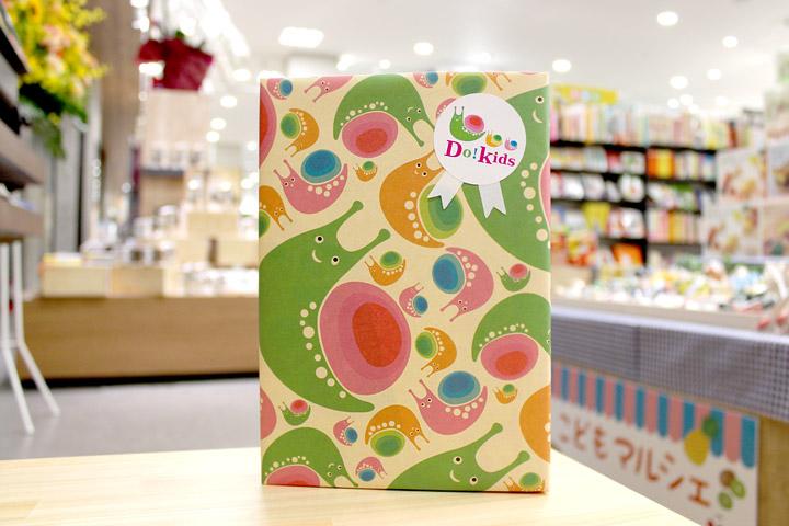 カタツムリの絵柄のプレゼント包装