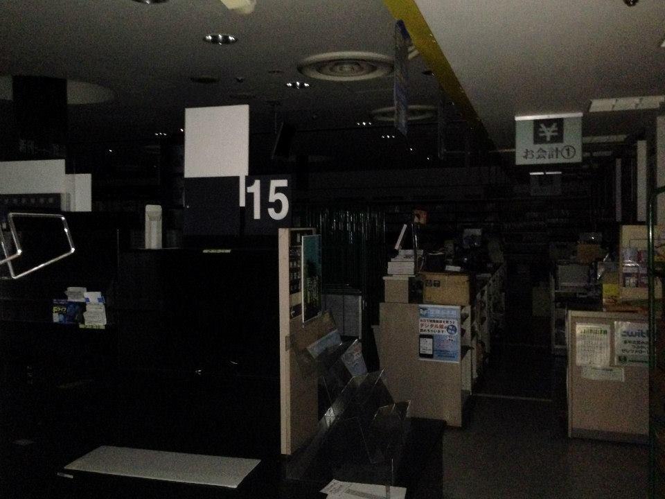 照明の消えた店内