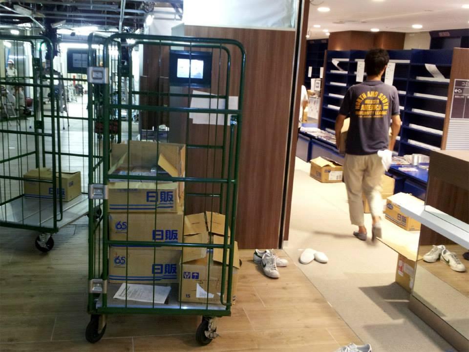 旧店舗から本を運び出して新店舗へ運搬