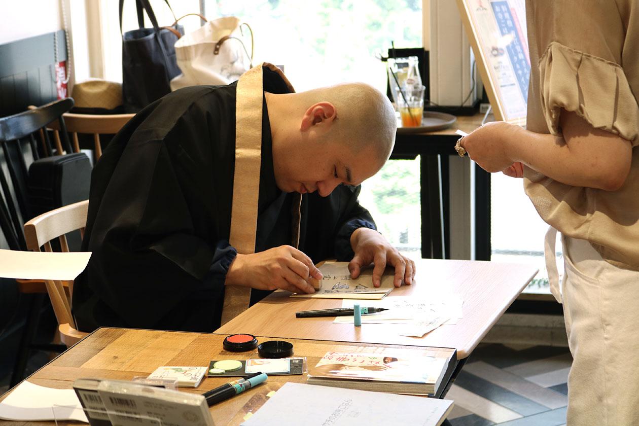 サイン中の青江さん