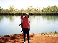 ゴアナ(大トカゲ)を持つ上橋さん 91年11月、オーストラリア