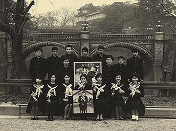 皇居前の劇団創立記念写真 後列左から2人目が執筆者、5人目が寺山修司